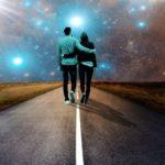 Необычно яркий. Влюблённые идут по асфальту, на всртечу звёздному небу.